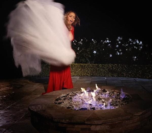 A cantora Mariah Carey queima seu vestido de noivado (Foto: Reprodução)