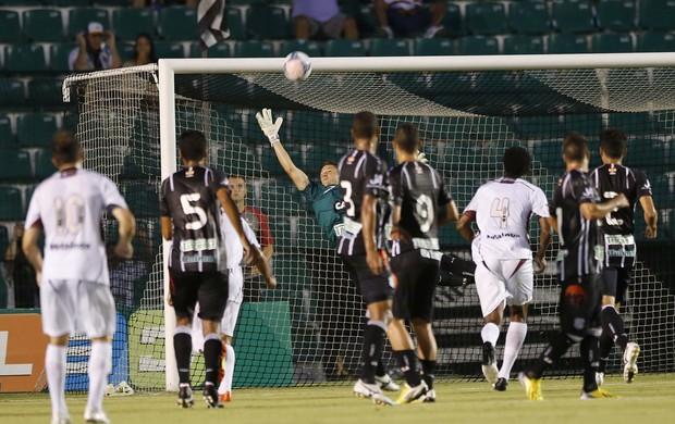 Ricardo evita gol em Figueirense 2 x 2 Juventus (Foto: Cristiano Estrela / Agência RBS)