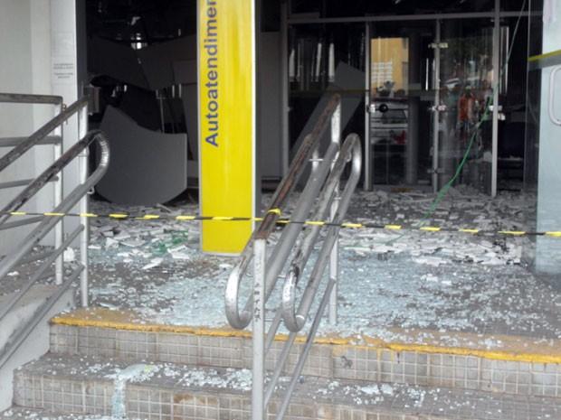 Agência ficou destruída após a explosão (Foto: Silvério Alves)