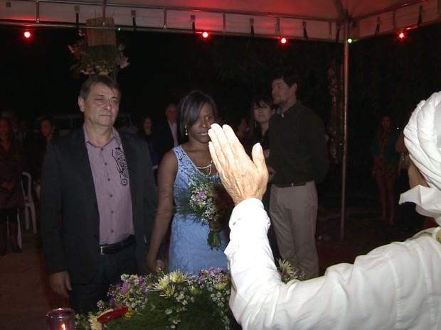 Cerimônia religiosa foi celebrada por Mãe de Santo (Foto: Reprodução / TV Tribuna)