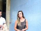 Nicole Bahls desembarca no Rio com microssaia e sutiã à mostra