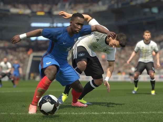 Jogadores das seleções francesa e alemã disputam bola em cena de 'Pro Evolution Soccer 2017' (Foto: Divulgação/Konami)