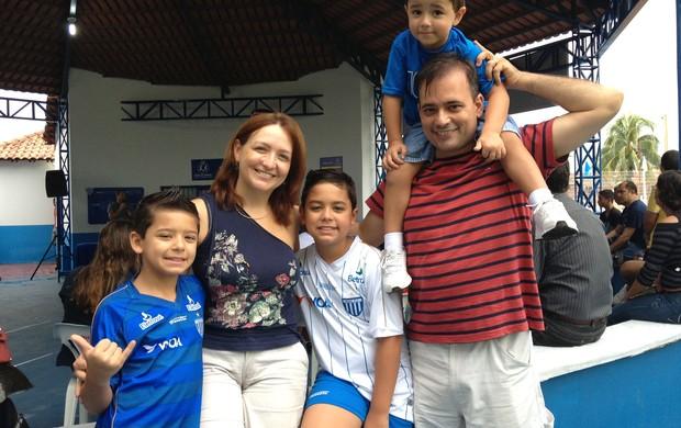 Família esperou a chegada do Avaí em Porto Velho (Foto: Larissa Vieira)