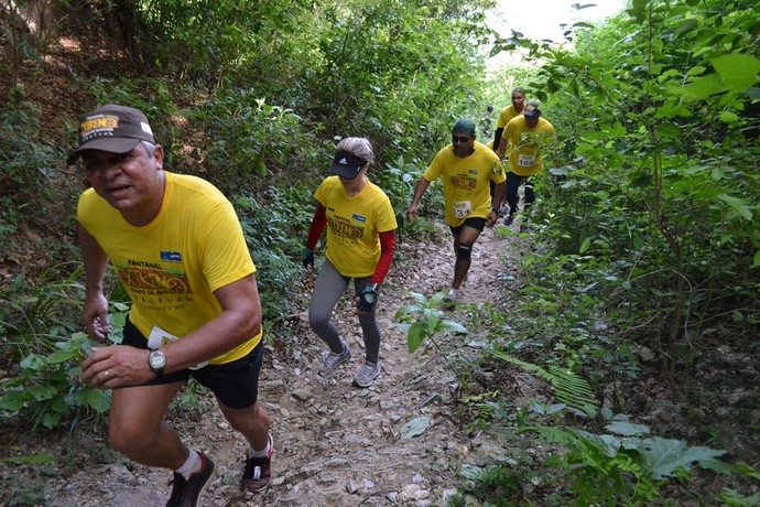 Competidores morro acima na corrida de trilha do Pantanal Extremo em Corumbá (Foto: Hélder Rafael)