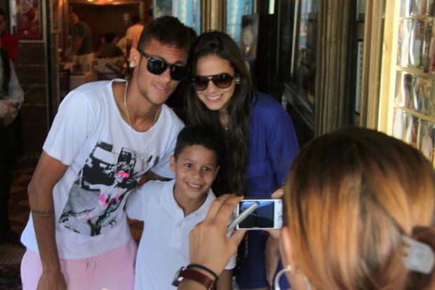 Bruna Marquezine e Neymar posam com fã mirim em churrascaria (Foto: Gabriel Rangel/Ag. News)