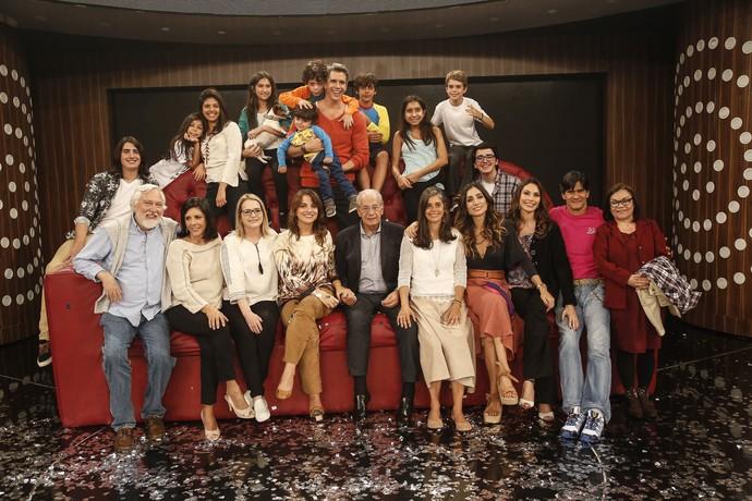Marcio Garcia posa com sua família no sofá gigante (Foto: Raphael Dias / Gshow)