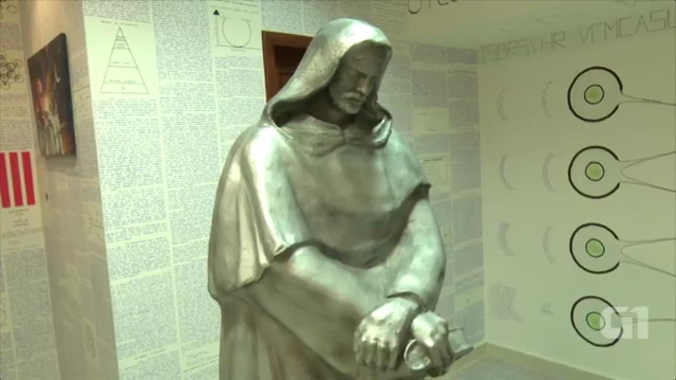 Escultura de Giordano Bruno na casa do jovem desaparecido (Foto: Reprodução/G1)