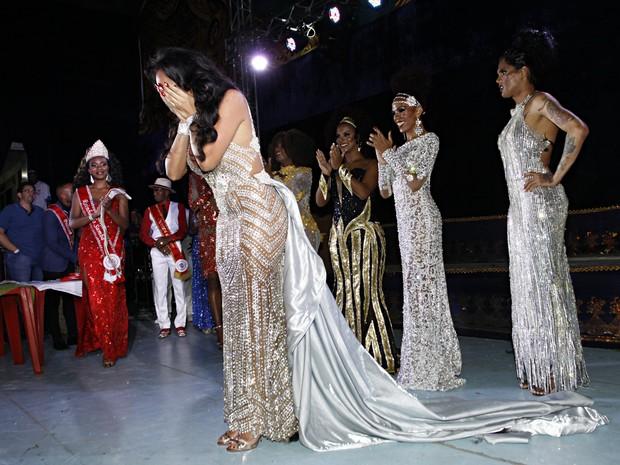 Camilly Rodrigues, rainha transexual, se emociona com vitória (Foto: Celso Tavares/ EGO)