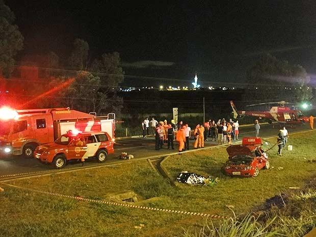 Bombeiros prestam atendimento em acidente que deixou um morto em Sobradinho, no Distrito Federal (Foto: Daniela Ramalho/TV Globo)