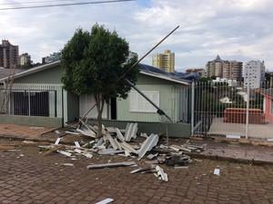 Casa ficou destelhada em Carazinho, RS (Foto: Eder Calegari/RBS TV)