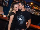 Nathália Rodrigues ganha beijo de marido em evento