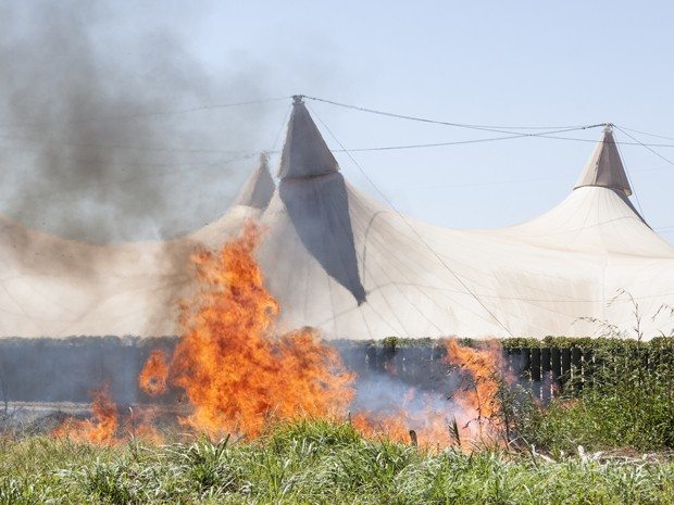 Um  foco de incêndio em um terreno que fica atrás do Centro Comunitário Athos Bulcão, da Universidade de Brasília, no início da tarde desta quinta-feira (16), foi controlado pelas equipes do Corpo de Bombeiros. De acordo com informações de UnB, o fogo est (Foto: Paulo Castro/UnB Agência)