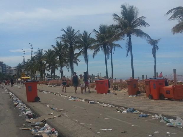 Orla do Leblon, na Zona Sul do Rio, está lotada de lixo após o carnaval (Foto: Renata Soares/G1)