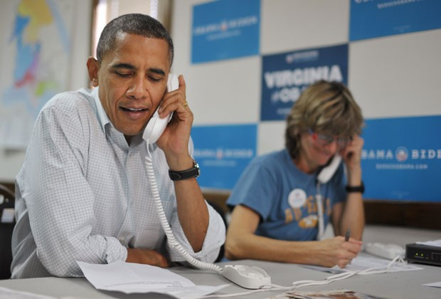 O presidente OBama fala com voluntários de sua campanha ao telefone neste domingo (14) (Foto: Mandel Ngam/AFP)