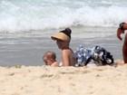 Erika Mader se diverte em praia do Rio com a filha