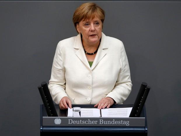 Primeira-ministra alemã, Angela Merkel, fez discurso na Câmara Baixa do Bundestag, em Berlim, nesta terça-feira (28) (Foto: Fabrizio Bensch/Reuters)