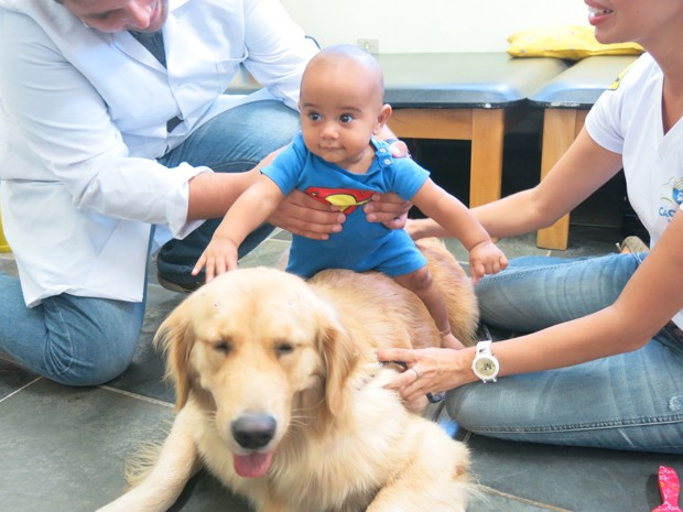 Bebê tem o primeiro contato com um cachorro (Foto: Anna Gabriela Ribeiro / G1 Santos)