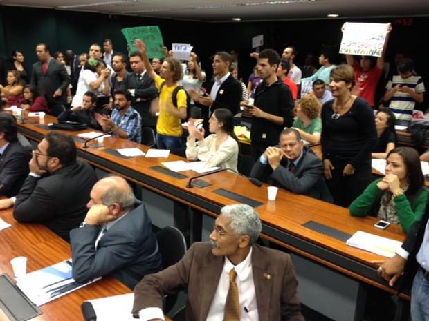 Manifestantes protestam durante reunião desta quarta da Comissão de Direitos Humanos da Câmara (Foto: Fabiano Costa / G1)