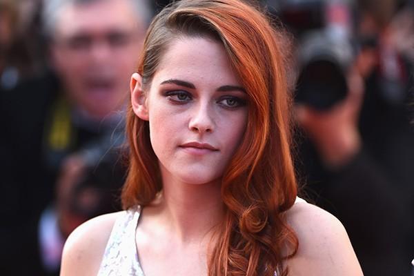 """Kristen Stewart tem apenas 24 anos, mas estorou aos 18 com o lançamento do primeiro filme da saga 'Crepúsculo'. Desde então, sua vida tem sido uma loucura. Em entrevista à revista Elle da Inglaterra, Kristen afirmou se sentir muito exposta: """"Na maior parte do tempo eu não consigo suportar. Eu nunca pensei que essa fosse ser a minha vida"""". (Foto: Getty Images)"""