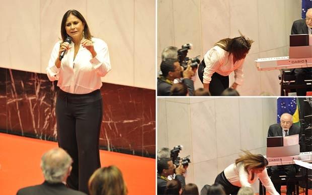 A cantora Fafá de Belém cai durante a inauguração do memorial da história política de Minas Gerais na Assembleia Legislativa de Belo Horizonte (Foto: Alberto Wu/Futura Press/Estadão Conteúdo)