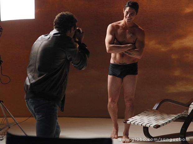 Tito capricha nas poses para Caio. E que poses! (Foto: Sangue Bom / TV Globo)