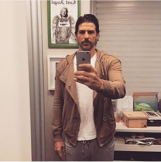 Reynaldo Gianecchini mostra novo visual com barba (Foto: Reprodução/Instagram)
