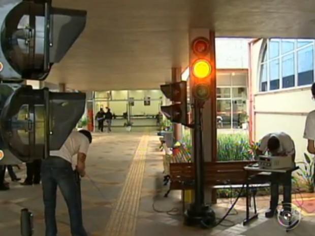 Estudantes contam com a ajuda de deficientes visuais para desenvolver o semáforo (Foto: Reprodução/TV Tem)