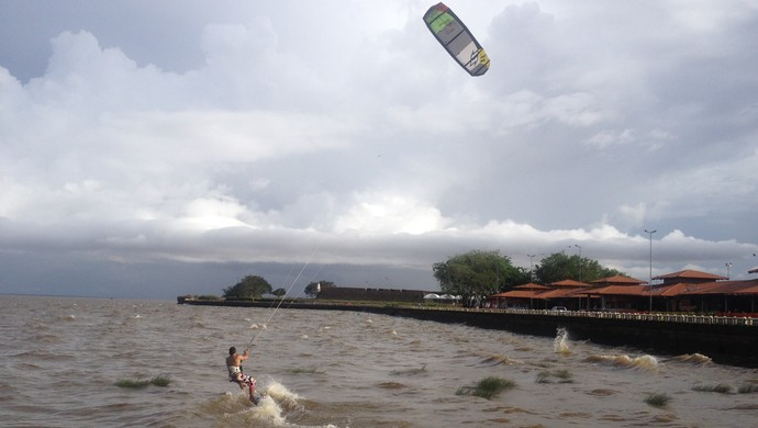 Em pelno veraneio de Macapá, KiteSurf, ganha adeptos na orla (Foto: Rafael Moreira/GE-AP)