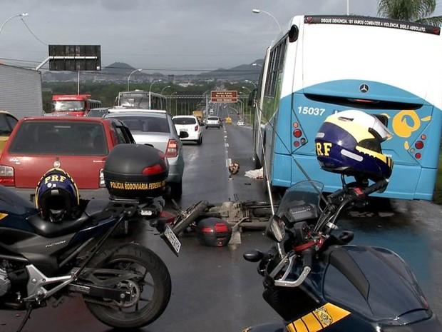 Acidente entre moto e ônibus deixa um morto na BR-101, Espírito Santo (Foto: Reprodução/TV Gazeta)