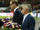 Wembley entoa Marselhesa em coro por vítimas de atentados