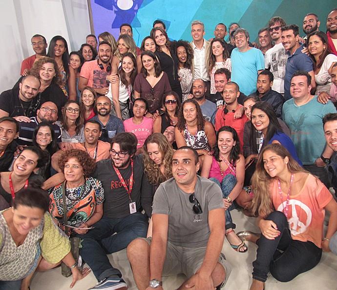 Monica Iozzi posa ao lado da equipe do programa Vídeo Show (Foto: Priscilla Massena / Gshow)