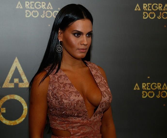Letícia Lima lacrou no decotão, em vestido nude bordado! (Foto: Raphael Dias/Gshow)