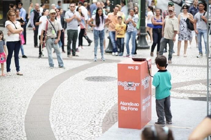 Passantes de todas as idades participaram da ação (Foto: Luiz Renato Corrêa/RPC)