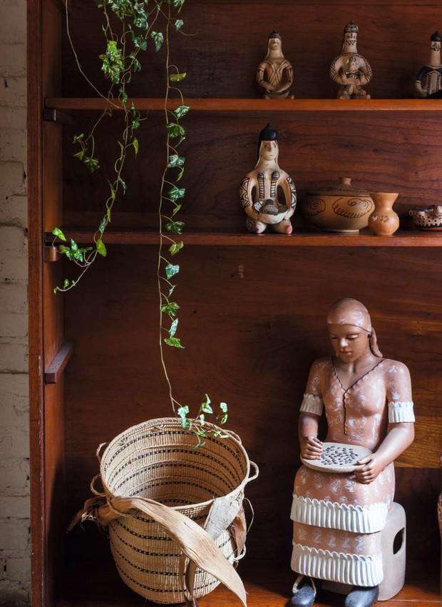 Cesta e esculturas indígenas trazidas de Roraima; a peça maior, de cerâmica, foi presente do vizinho (Foto: Lufe Gomes)
