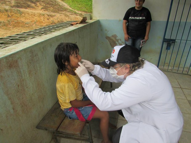 Raquel analisa dos dentes de um indígena (Foto: Raquel Marques/Arquivo Pessoal)