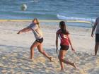 Sasha treina vôlei na praia da Barra no Rio