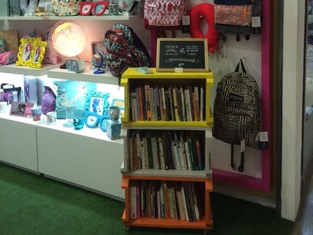 Para incentivar a leitura, empresária instalou  estante em sua loja, onde qualquer pessoa pode deixar um livro que já leu e levar um livro que ainda não leu (Foto: Nara Rocha/acervo pessoal)