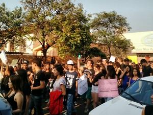 Manifestantes estavam com faixas e cartazes (Foto: Divulgação/Samanta Ravazzi)
