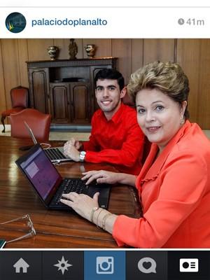 Em foto no Instagram, Dilma Rousseff posa para foto ao lado do humorista Jéferson Monteiro, do Dilma bolada (Foto: Reprodução/ Instagram Palácio do Planalto)