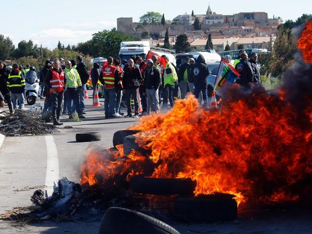 Grevistas queimam pneus e fazem barricada na entrada de uma refinaria no sul da França  (Foto: Claude Paris/AP)