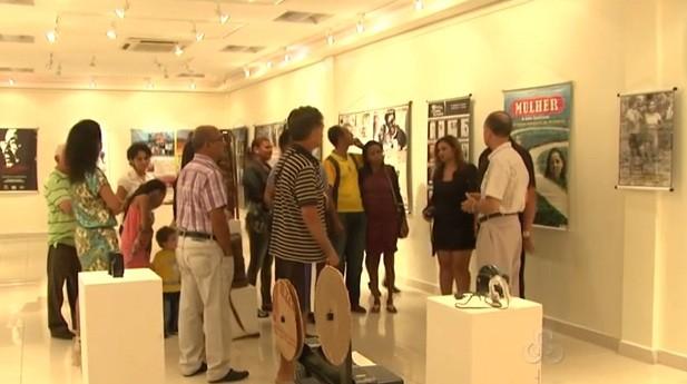 Quem visitou a galeria pôde ter acesso a fotos que resgatam a história do cinema acreano  (Foto: Amazônia TV)