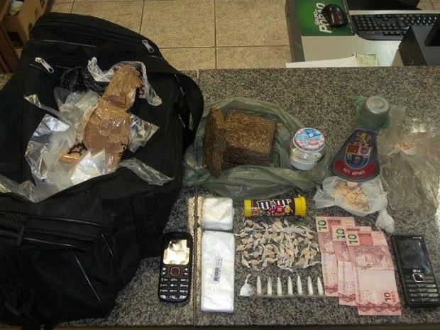 Em Tietê, drogas foram apreendidas com dois adolescentes (Foto: Divulgação / Polícia Militar de Tietê)