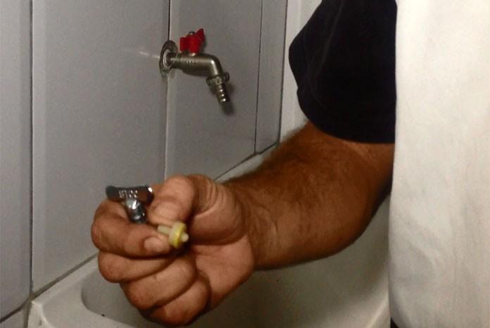 Conserto de torneira com vazamento ajuda a economizar água