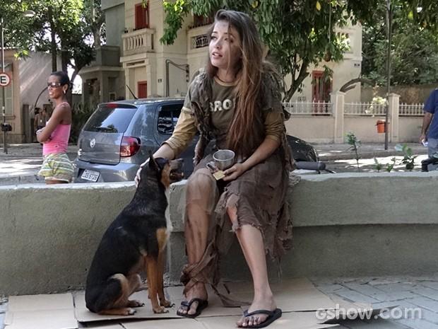 Flaviana pede esmolas na pracinha junto com seu cachorrinho (Foto: Malhação / TV Globo)