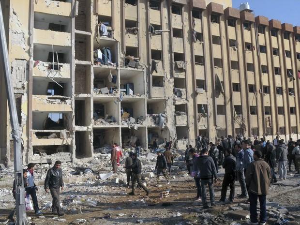 Pelo menos 15 pessoas foram mortas e dezenas ficaram feridas em duas explosões que abalaram a Universidade de Aleppo, segunda maior cidade da Síria na terça-feira (15) (Foto: REUTERS / George Ourfalian)