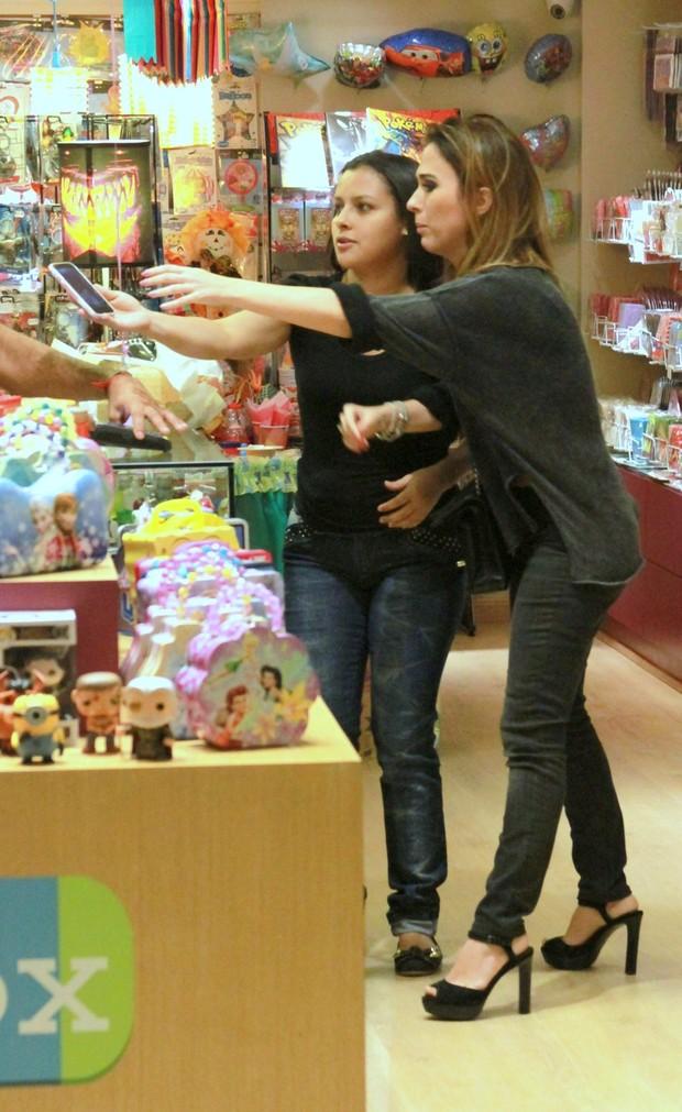 Tata Werneck com o namorado em Shopping  (Foto: AgNews)