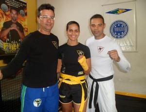 Mestre Lucivaldo Araújo, Tatiane Cássia recebendo a faixa Amarela e Anderson Rodrigues professor de Kickboxing da Cia Fight (Foto: Cleber Corrêa)
