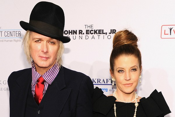 A cantora Lisa Marie Presley e o guitarrista Michael Lockwood tiveram as gêmeas Finlay e Harper em 2008. (Foto: Getty Images)