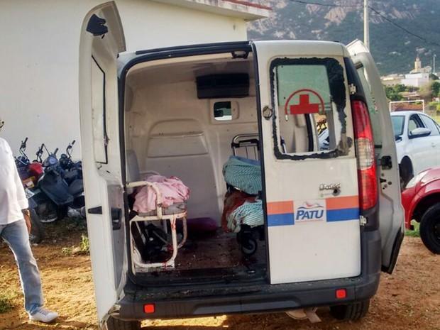Após tiros contra o veículo, motorista da ambulância parou o veículo e foi obrigado a sair correndo; idoso, que era levado para Natal, acabou executado (Foto: PM/Divulgação)