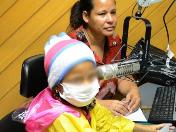 Larissa ao lado da mãe Marlete em programa de rádio no Espírito Santo (Foto: Juliana Borges/G1 ES)